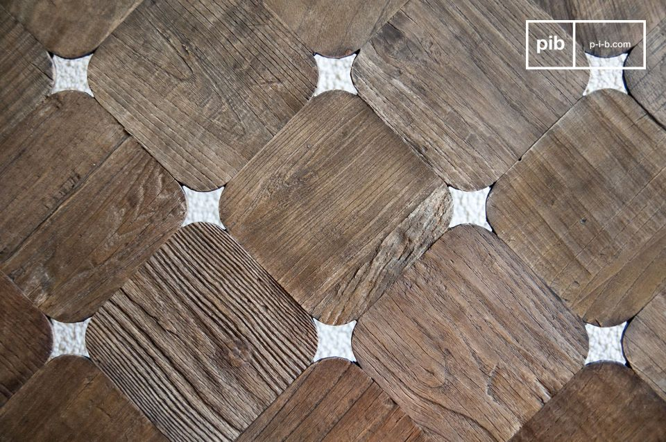 Constitué de carrés de bois aux bords arrondis laissant subtilement passer la lumière