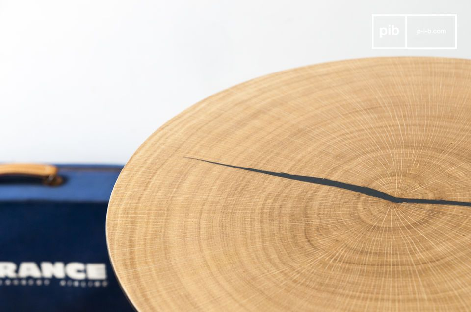La grande table d\'appoint Xylème est composée d\'un fin plateau métallique rond recouvert de
