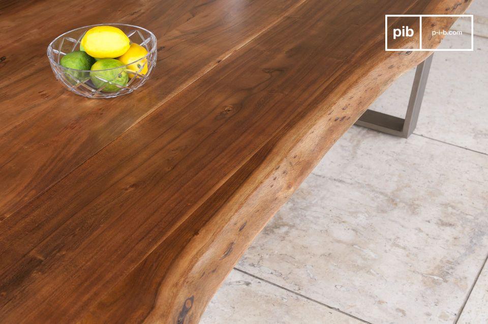 La table en bois Avallan associe un piétement métallique angulaire à un épais plateau qui met en
