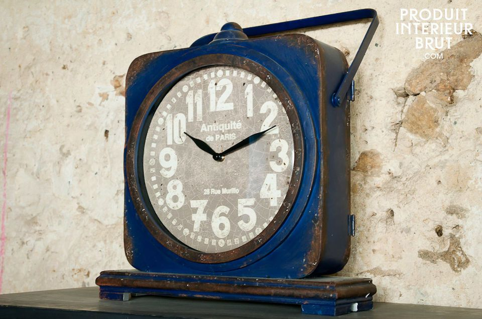 Cette horloge à poser en métal patiné d\'un bleu profond confère un cachet vintage style deco