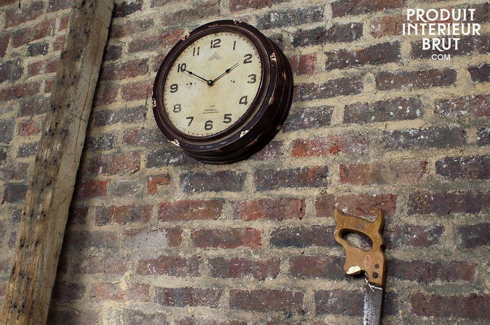 Horloge d'atelier en bois peint et vitre en verre