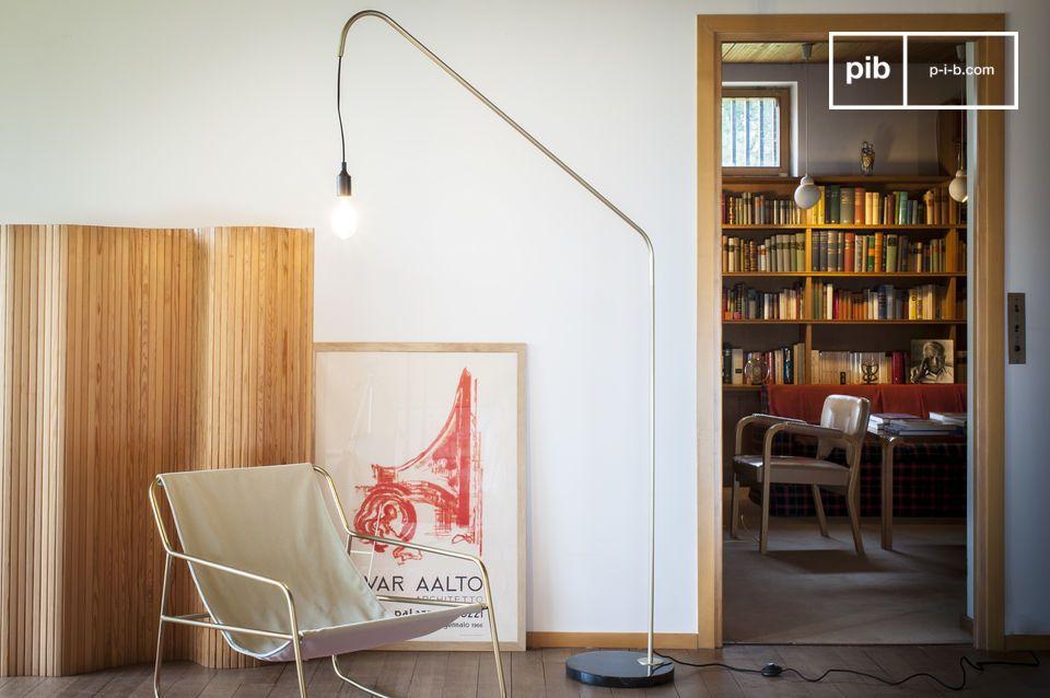 L'élégance vintage d'un lampadaire graphique mariant marbre et laiton
