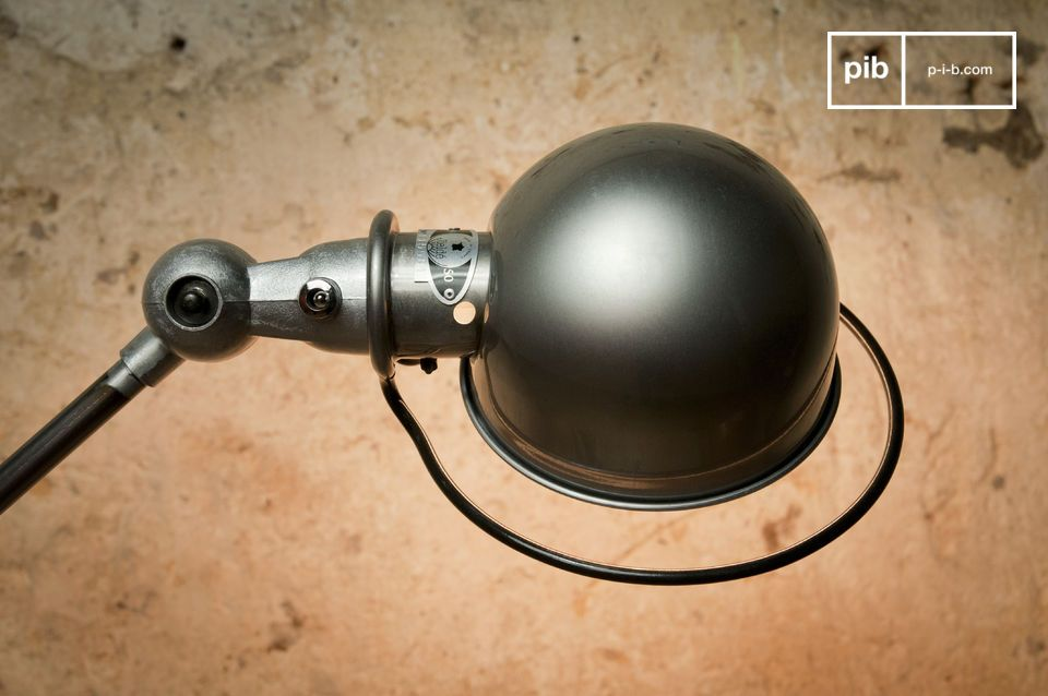 Solidement positionnée sur son socle métallique de 33cm de diamètre