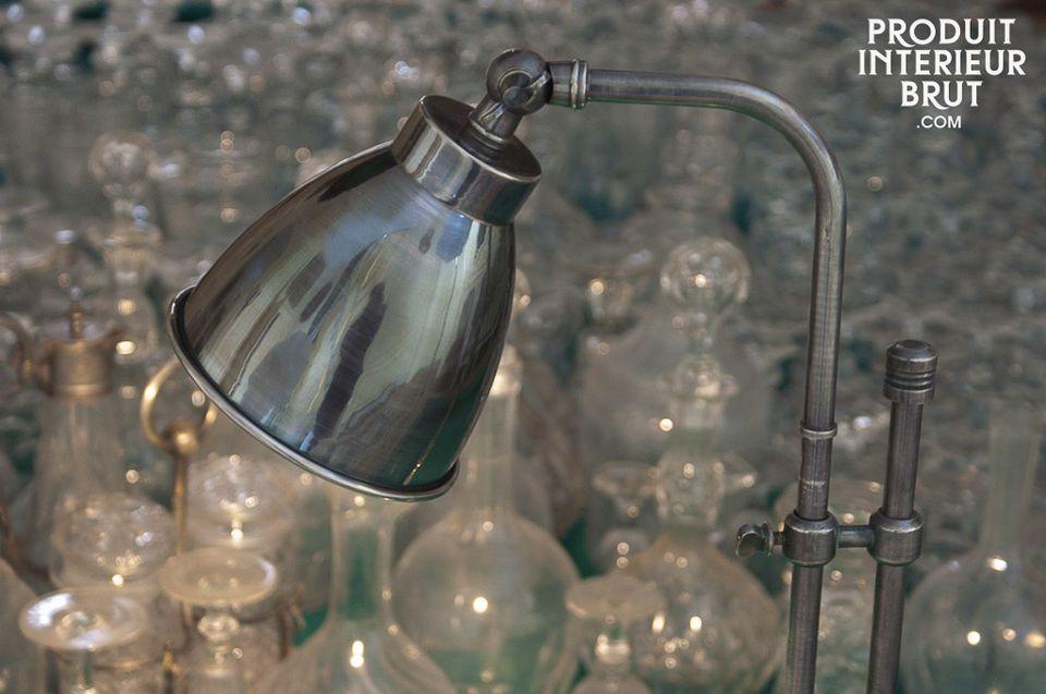 La lampe argentée à coulisse est un luminaire élégant évoquant les lampes que l\'on trouvaient