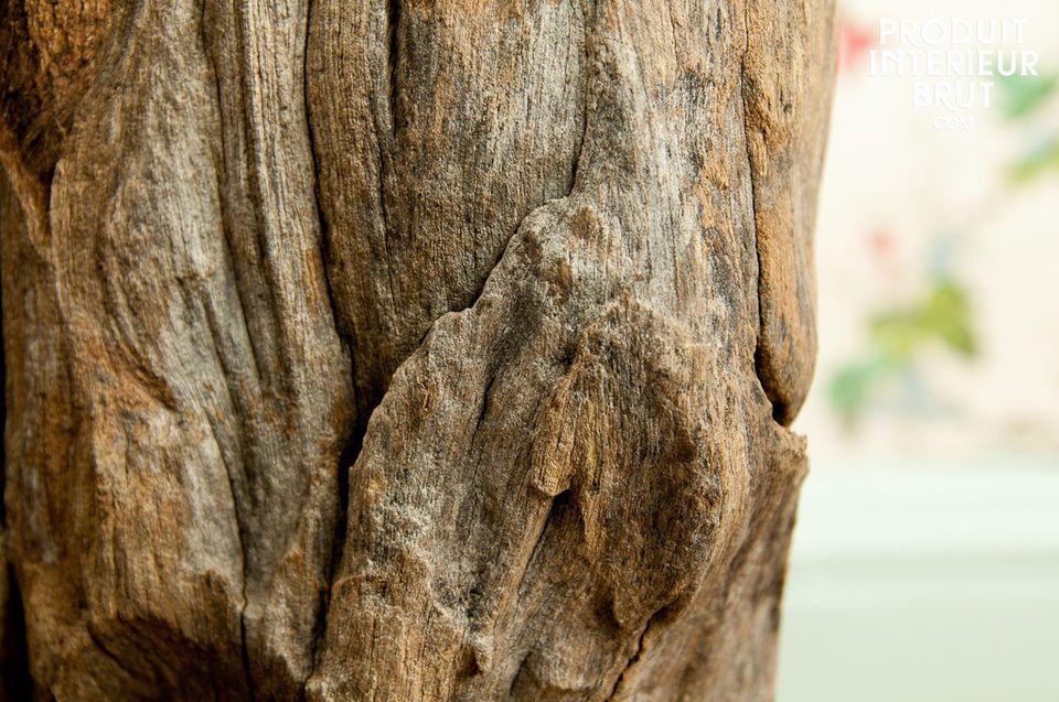 Les nervures profondes du bois confèrent à cette lampe un style bohème tendance