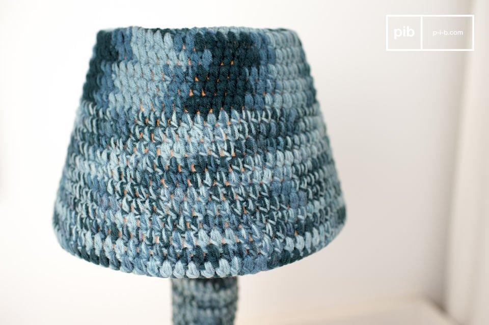 Dotée d\'un pied en bois, l\'ensemble de la lampe Asatöri est enveloppé dans du textile crocheté à la main