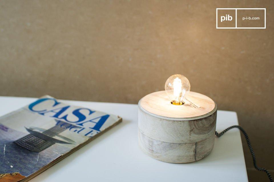 Un petit luminaire design combinant bois et métal