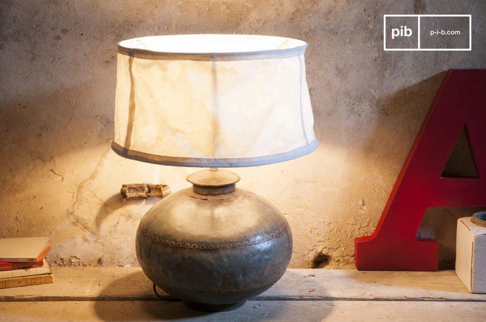 Une jarre ancienne détournée en lampe retro