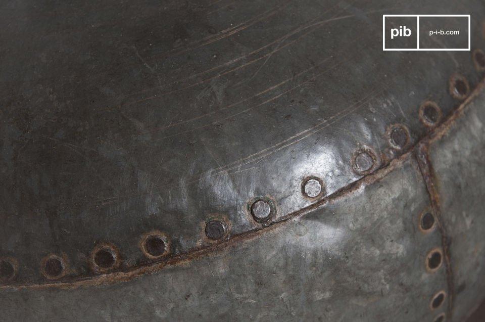 La lampe de table Nessos est un luminaire hors du commun dont la conception sur un contenant ancien