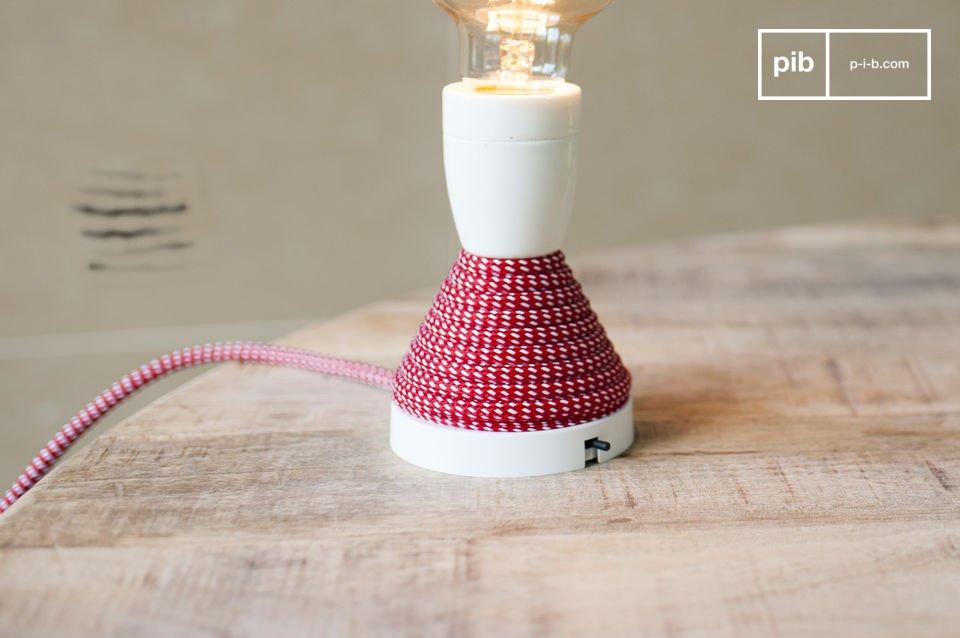 La forme ainsi que le blanc immaculé de cette lampe pourront rappeler les coquetiers en céramique de notre enfance