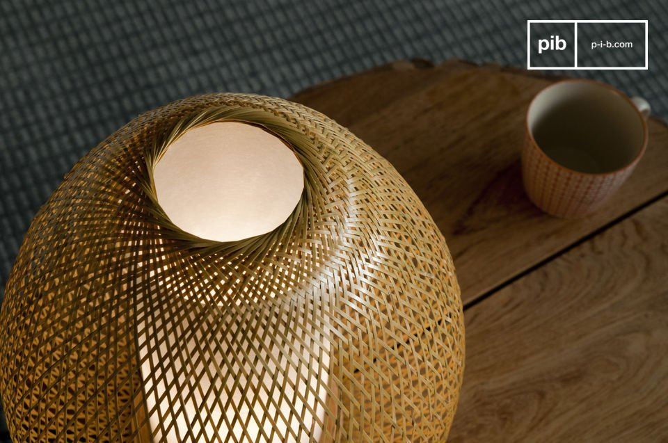 Appréciez le travail de tressage de brindilles de bambou qui constituent ce luminaire élégant