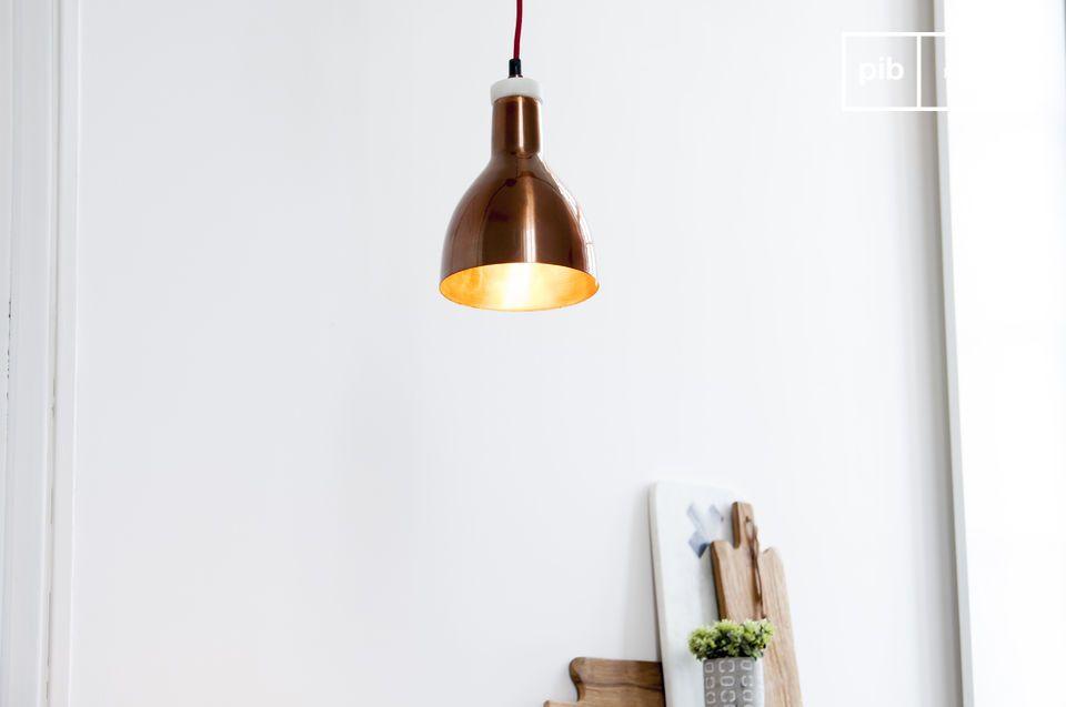 Une petite lampe suspendue alliant marbre et cuivre