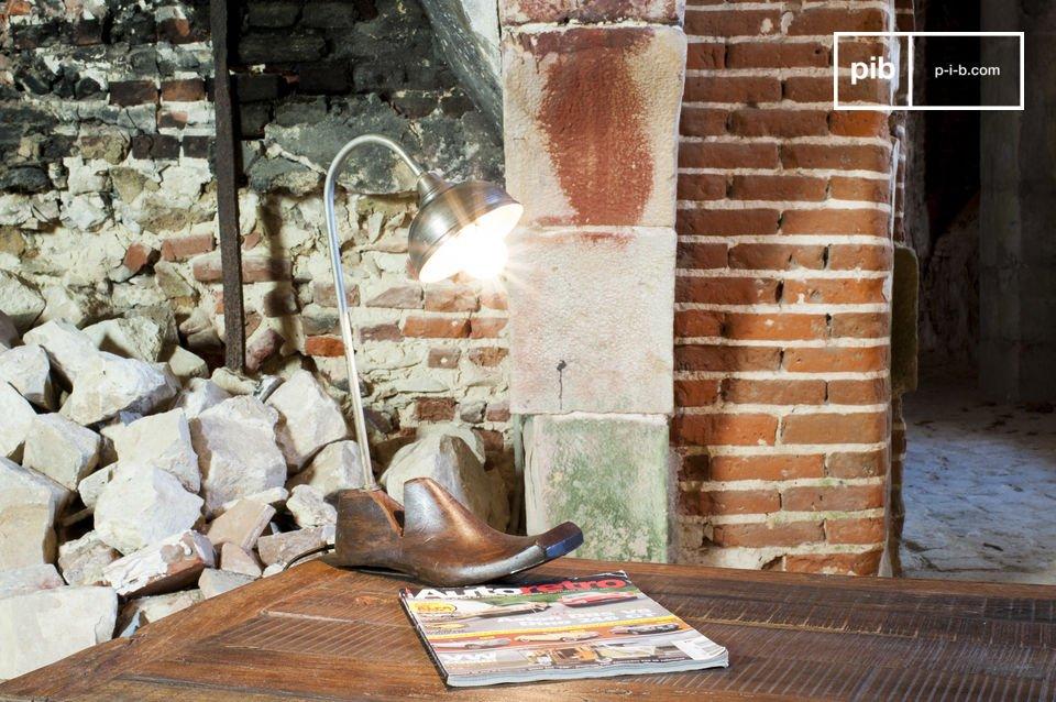 La lampe Embauchoir Horma est un luminaire hors du commun qui possède un style vous séduira par le charme de son côté récup\'