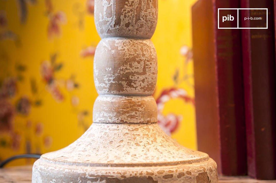 La lampe en bois Alix est une lampe de table style campagne au charme inégalé