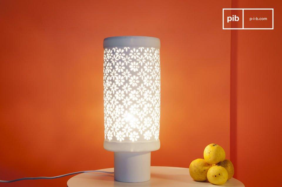Affichant un style résolument nordique, cette lampe à poser est entièrement blanche, réalisée en porcelaine légèrement translucide