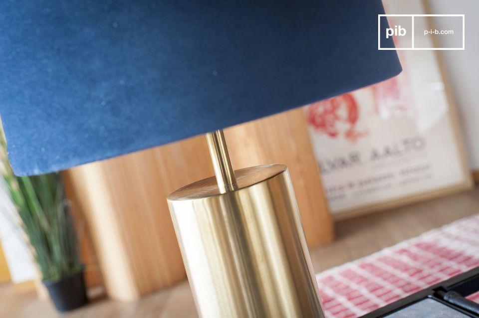 Le mariage parfait du velours bleu et du laiton pour une grande lampe design