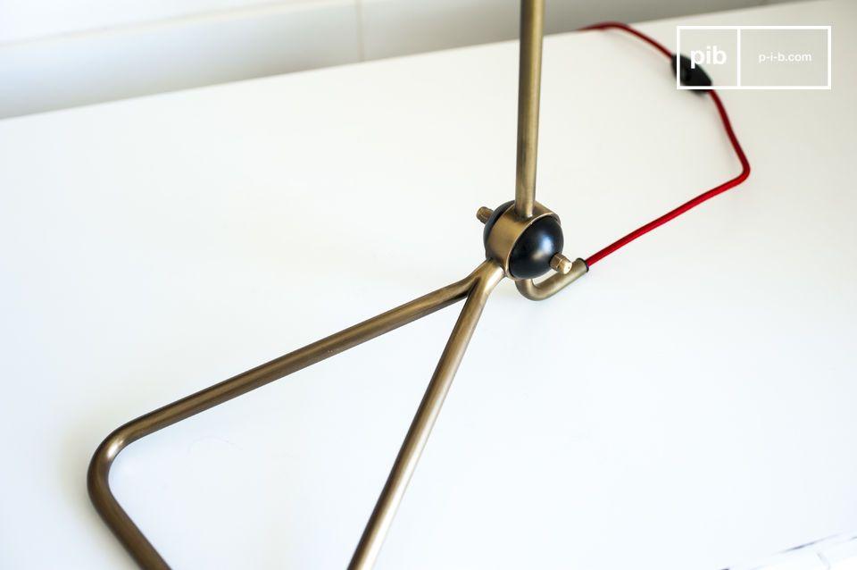 La lampe Kelly est un joli luminaire design dont la structure fine et étincelante apportera une
