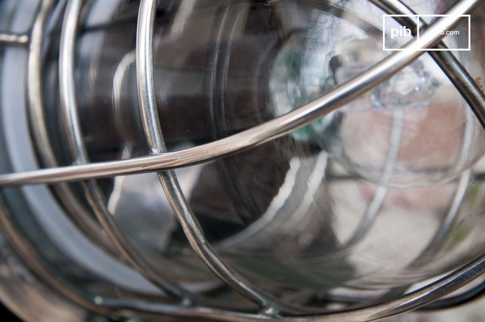 Fabriquée en laiton recouvert d\'une finition argentée vernie