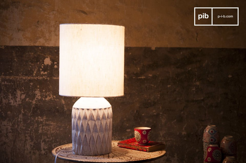 La lampe Roméo est une lampe blanche en terre-cuite à la texture patinée offrant un style