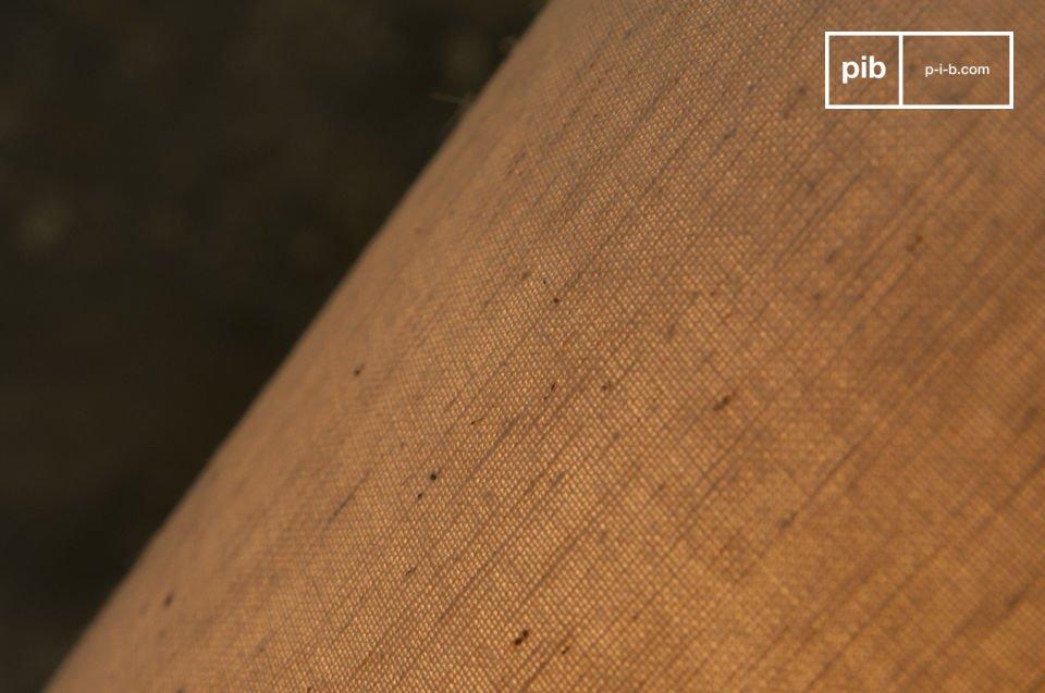 Sur le corps en terre-cuire de la lampe sont dessinés des motifs géométriques qui habillent cette