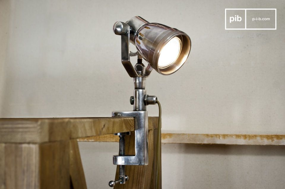 Association d\'un format halogène moderne et d\'un style rétro, cette lampe peut s\'orienter suivant deux axes pour s\'adapter au mieux à la disposition de vos meubles