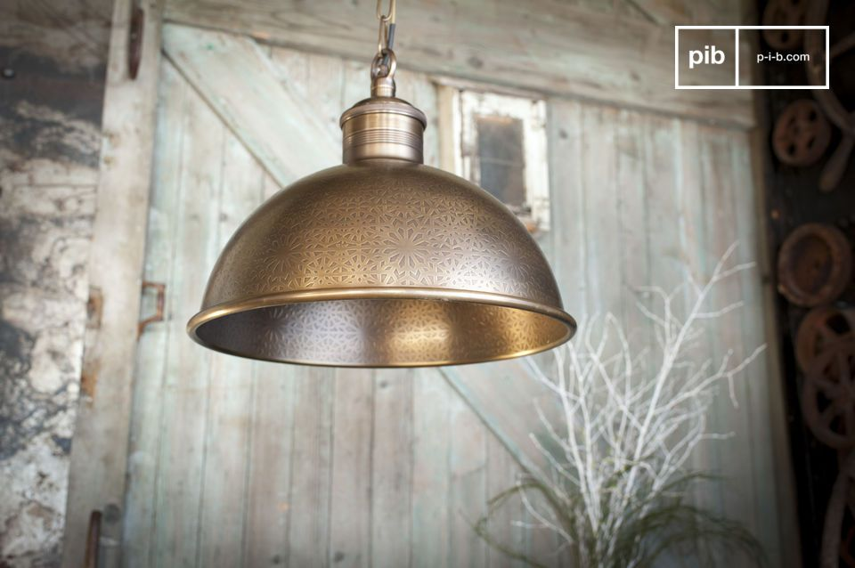 Lampe exceptionnelle d'inspiration orientale, en laiton ciselé