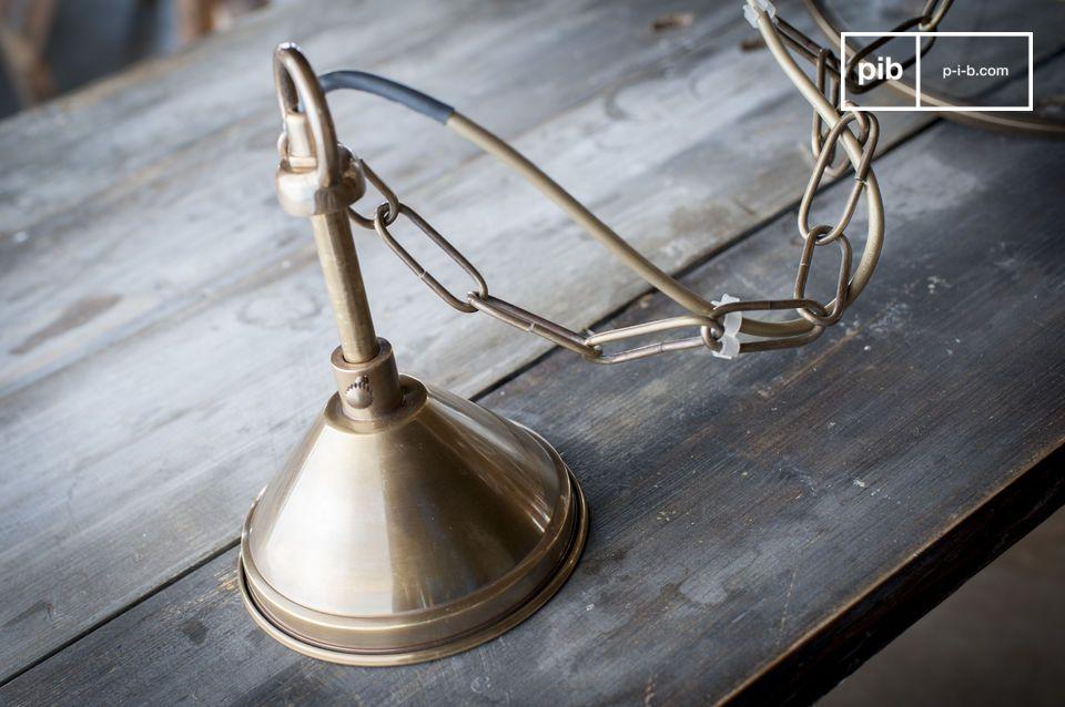 Equipé d\'une douille E27 accueillant une ampoule du même type