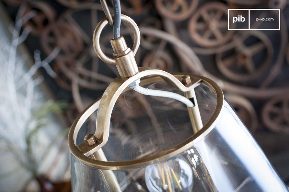 Ce luminaire reprend la forme conique des abat-jours traditionnels