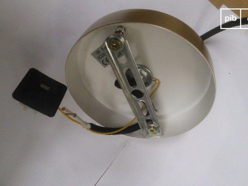 Par contraste, le câble est enveloppé dans une gaine en textile noir tressé