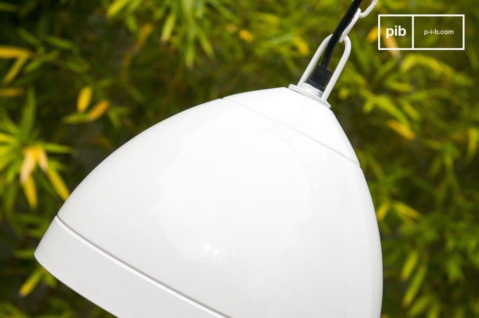 La suspension Këpsta est un luminaire tout en métal