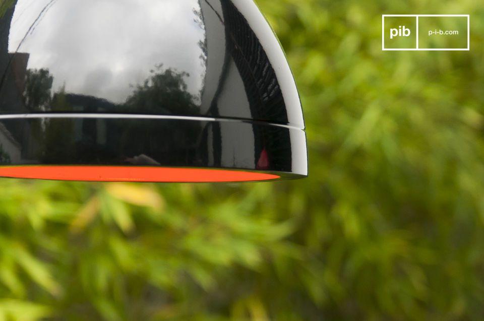 Elle affiche un beau contraste entre sa finition extérieure noire laquée et ses parois intérieures oranges