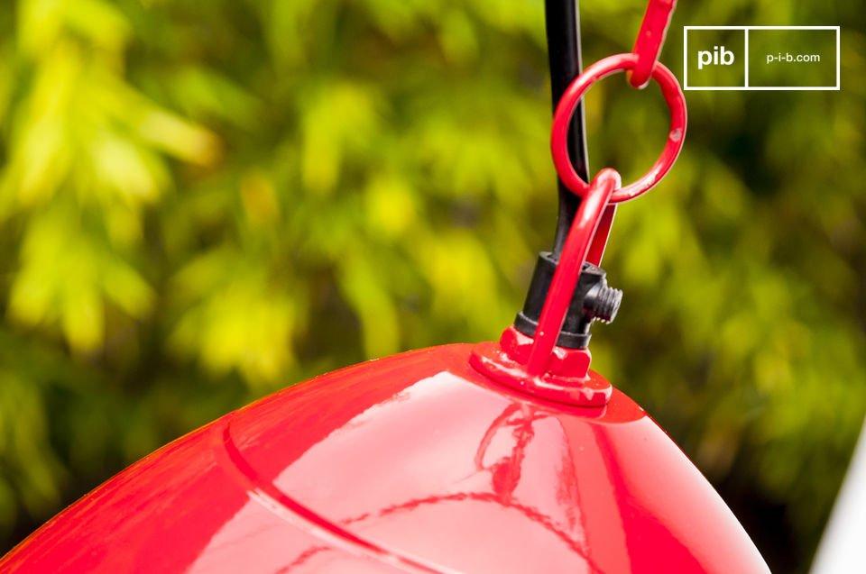 La suspension Këpsta est un luminaire tout en métal, mêlant sobriété scandinave et couleur vive