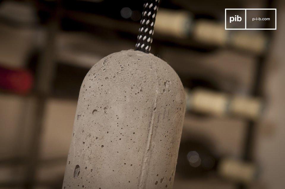 Suspendue au bout de son long (3 mètres) câble d\'alimentation rétro rayé noir et blanc