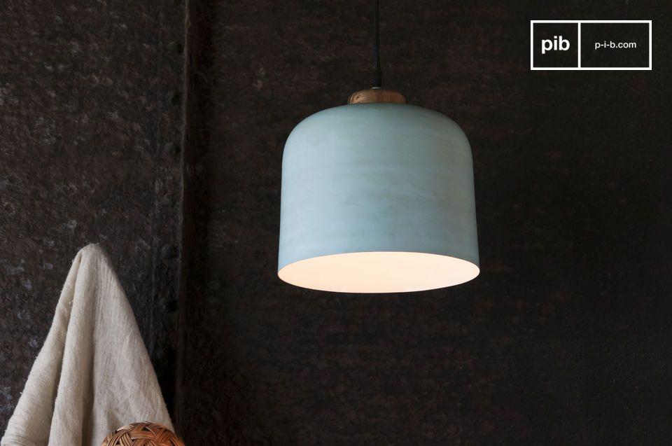 Une lampe suspendue en forme de cloche aux accents nordiques