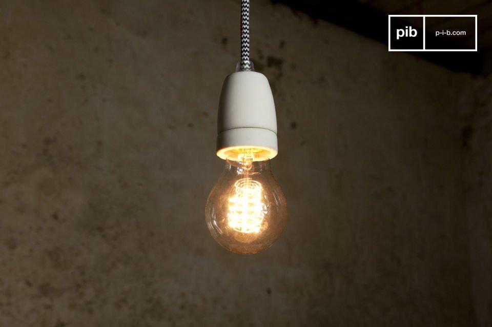 La lampe NUD s\'utilise simplement suspendue depuis le plafond