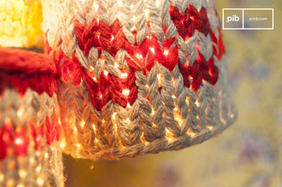 Ces petites suspensions tombent le long d\'un fil blanc et sont entourées de tricot