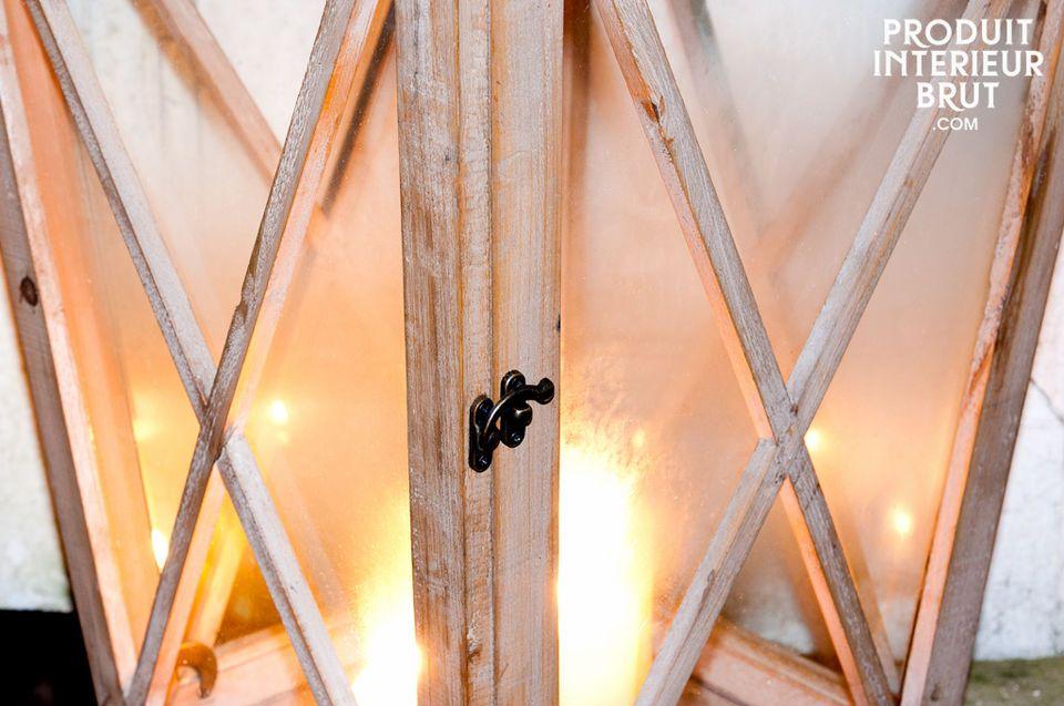 Un grand photophore en bois pour illuminer votre terrasse