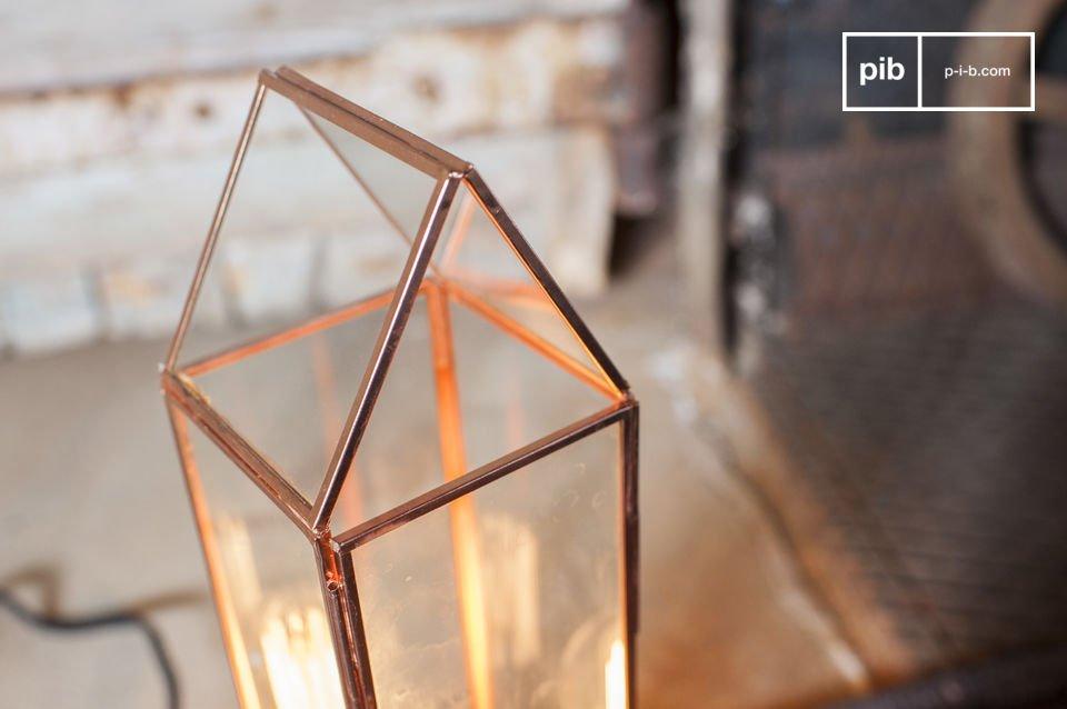 Une lampe à poser qui affiche un style vintage plein de charme issu de ses montants cuivrés tout