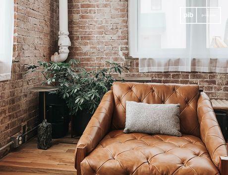 Les murs nus, les installations métalliques et les meubles non polis donnent un caractère fort à un espace de vie.