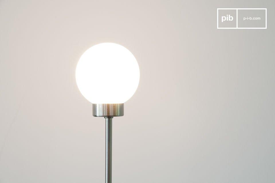 Véritable boule de neige en verre soufflé dépoli qui flotte dans l\'espace, la lampe Douglas affirme son origine norvégienne dans la finesse de sa ligne