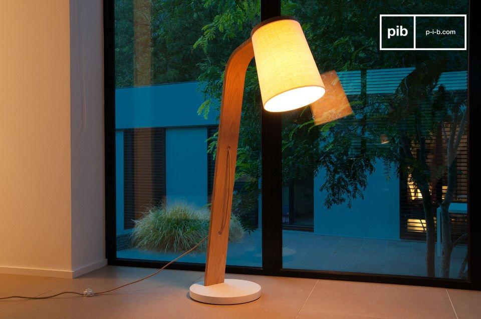 La beauté simple d'un luminaire en bois massif juste courbé