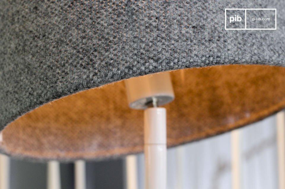 Réalisé au Danemark, le design de cette lampe en fait un objet presque ludique, et pratique au quotidien avec sa capacité à tourner facilement sur son axe, et à s\'orienter pour éclairer précisément une zone en inclinant l\'abat-jour
