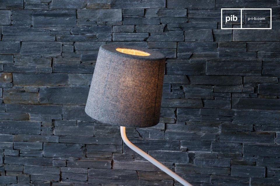 Un grand soin est apporté à la finition de cette lampe, le tissu norvégien type Amdal 130 dont est couvert l\'abat-jour est doux, agréable au toucher