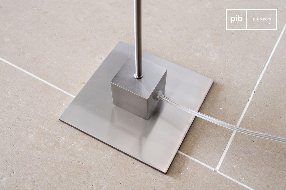 Un luminaire minimaliste filiforme qui joue sur le contraste d\'un globe sphérique et d\'un pied