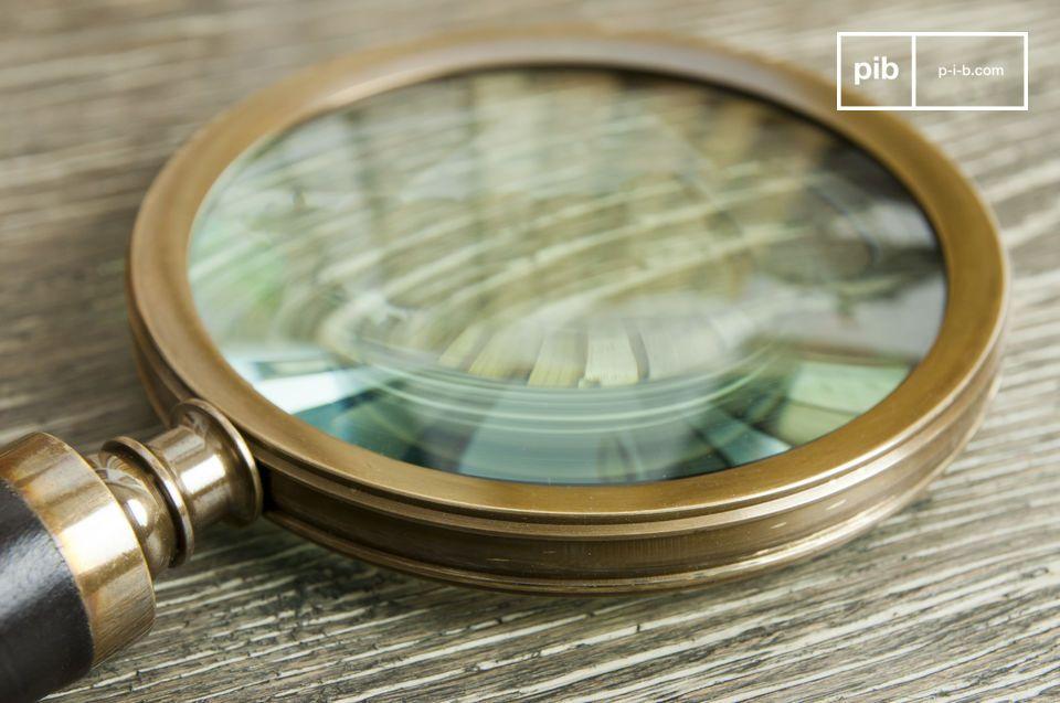 La loupe Sherlock est un accessoire de décoration qui laissera vos convives pantois et fera