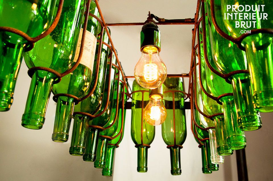 Un luminaire suspendu original tout en métal, à équiper jusqu\'à 22 bouteilles teintées ou non