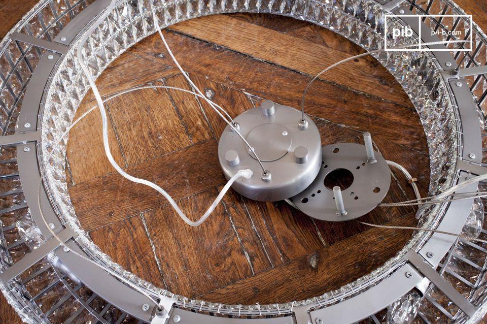 L\'écart entre le lustre et le plafond est ajustable, jusqu\'à 150 centimètres