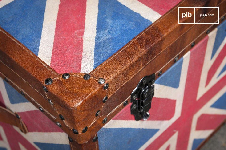 Optez pour cette malle en bois couverte de toile et de cuir pour optimiser le rangement dans votre