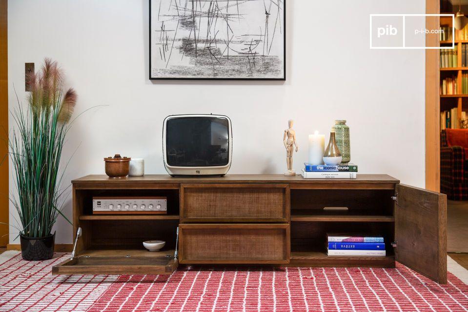 Un grand meuble TV aux portes ajourées