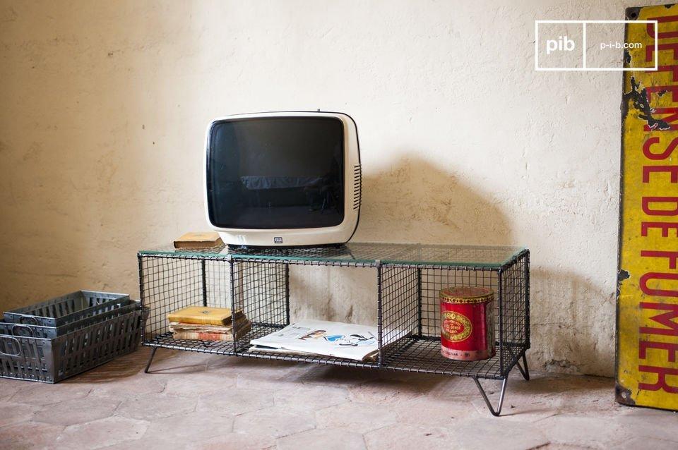 Ce meuble TV vintage est constitué de métal pour sa structure